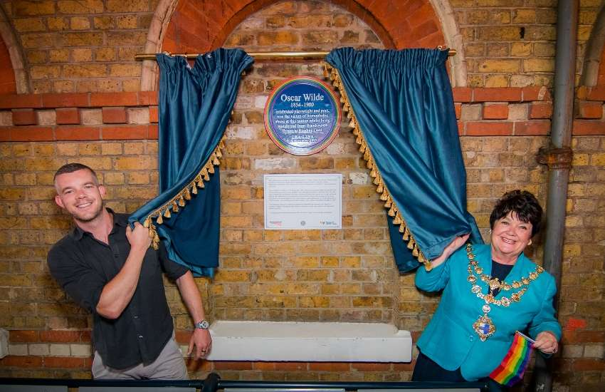 Russell Tovey unveils plaque dedicated to Oscar Wilde
